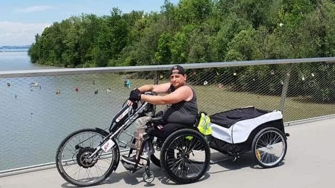 Amputierter Anwender mit Handbike