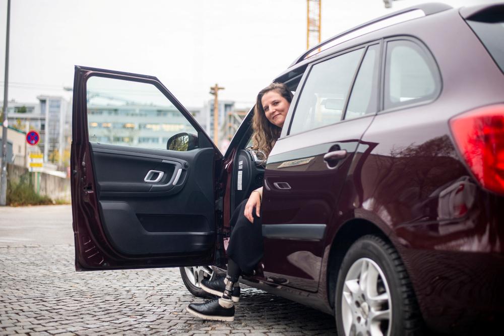 Autofahrerin mit Beinprothese