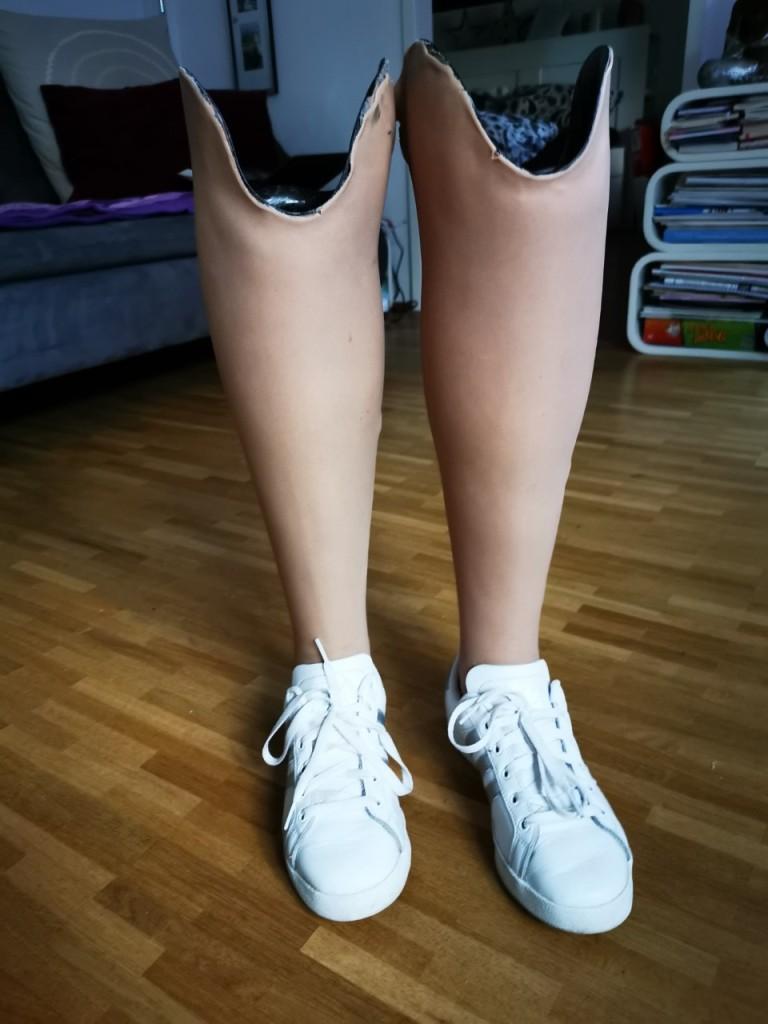 2 Beinprothesen mit kosmetischem Überzug mit hautfarbenem Silikon- Perspektivenwechsel mit Prothesen